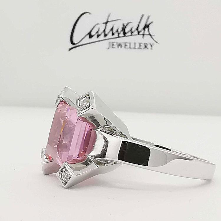 stilren ring SQUARE PINK i 925 silver med cz-sten från Catwalk Jewellery