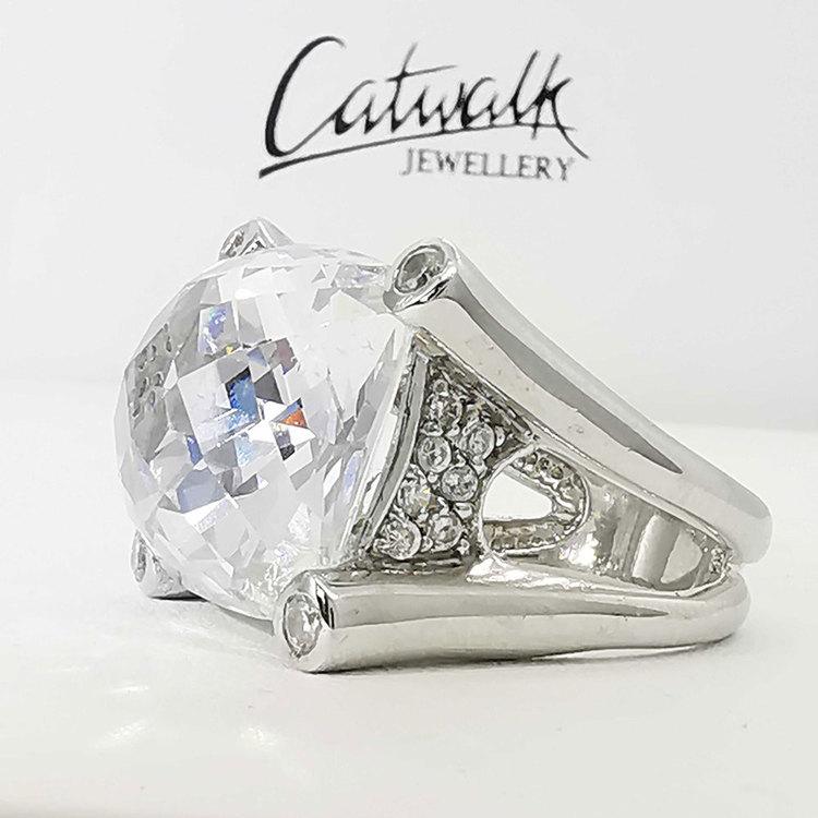 vacker ring med cz-stenar i silver LUXURY från Catwalk Jewellery