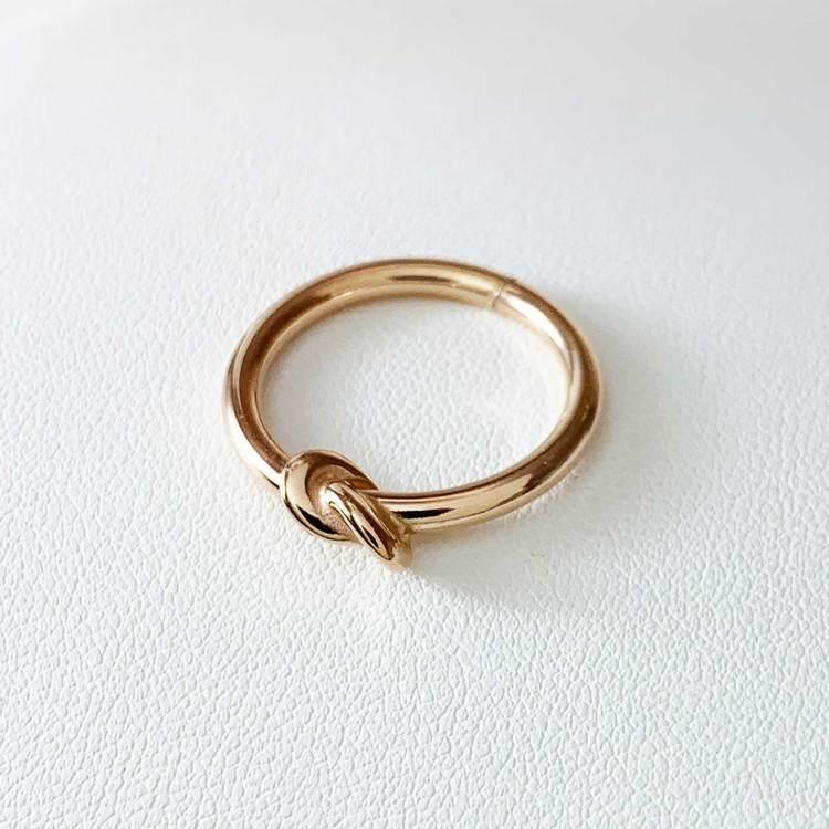 stilren och trendig ring i roséförgyllt sterlingsilver Knot från Catwalk Jewellery