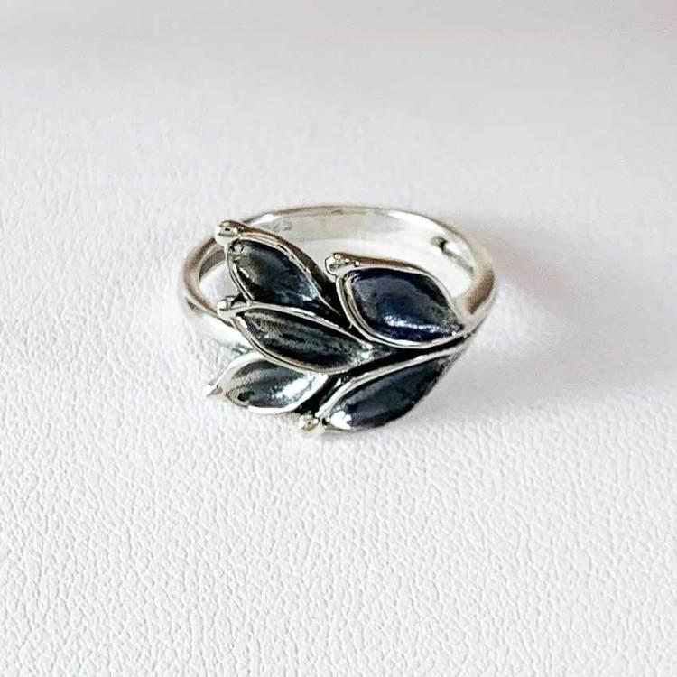 snygg ring i oxiderat silver Aleea från Catwalk Jewellery
