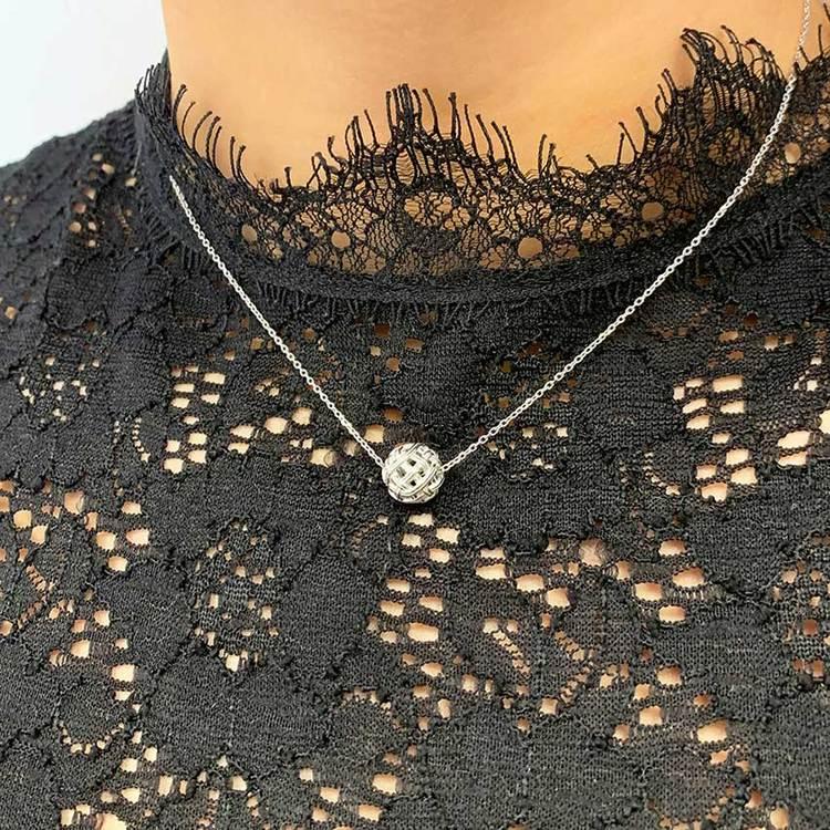 fint silver halsband BALL från Catwalk Jewellery
