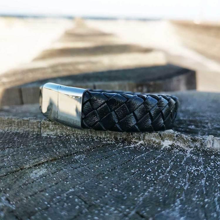 trendigt och modernt svart läderarmband med steel lås från Catwalk Jewellery