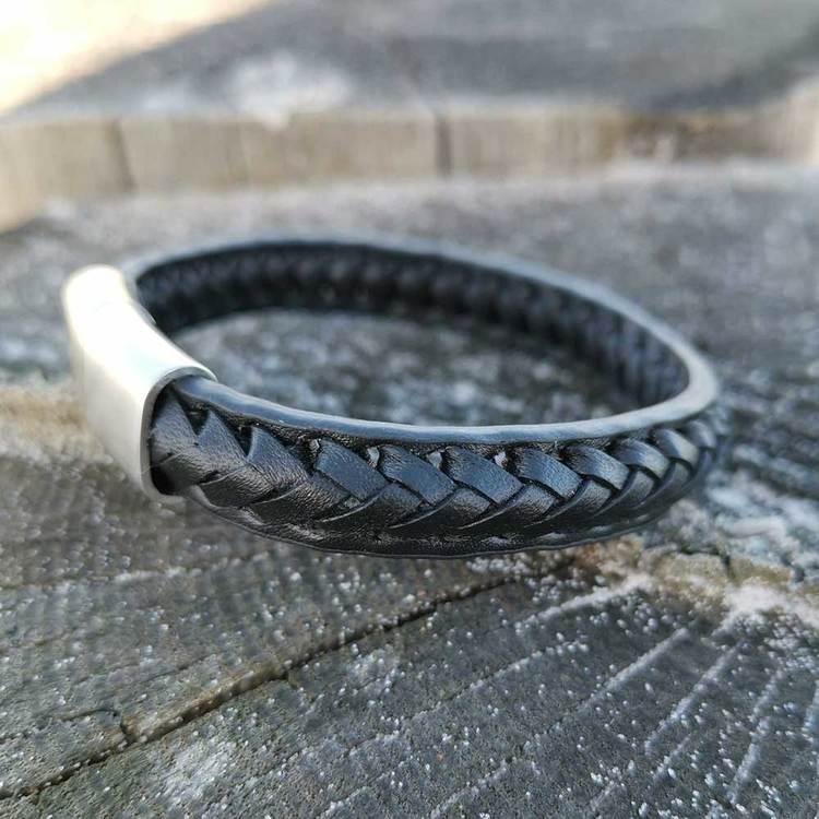 Snyggt flätat läderarmband i svart med ett praktiskt, enkelt och snyggt lås i stål från catwalksmycken