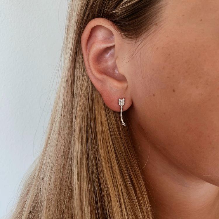coola och vackra örhängen i äkta silver med cz stenar Sparkling Arrow från Catwalk Jewellery