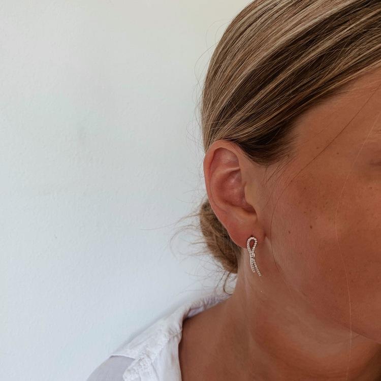 vackra örhängen i äkta silver med cz stenar Open future från Catwalk Jewellery
