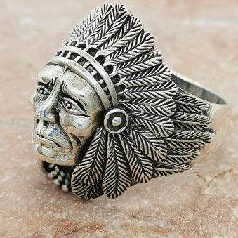stilren ring i oxiderat silver indian motiv från Catwalk Jewellery