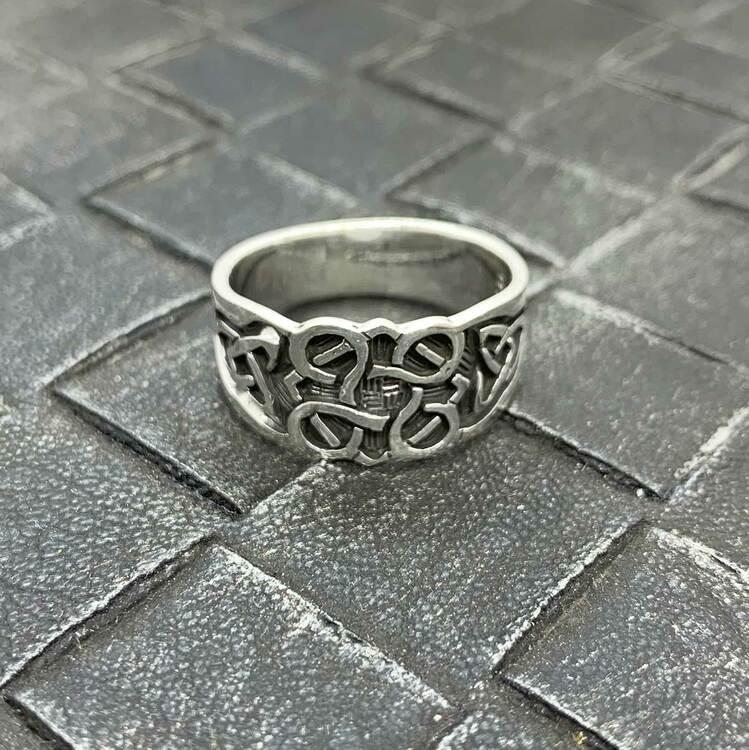 Ring i 925 silver med oxiderade detaljer