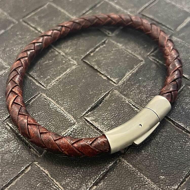 Stilrent och flätat brunt läderarmband med ett lås i stål från catwalksmycken