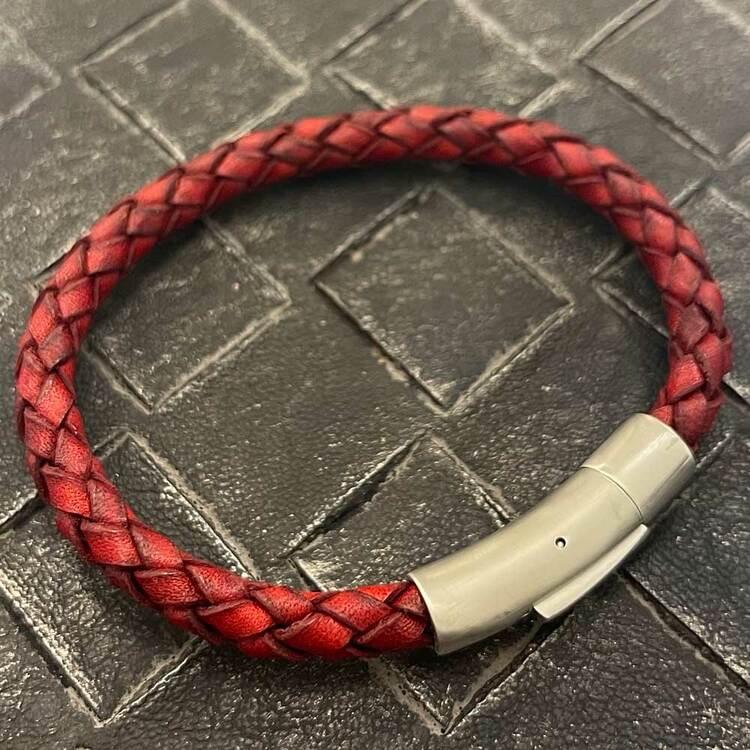 Stilrent och flätat läderarmband i färgen röd med ett praktiskt lås gjort av stål för män från catwalksmycken
