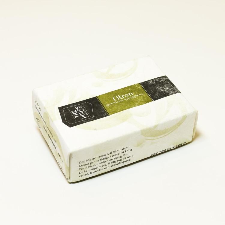 En förpackning fast tvål 'Citron'. Fair Trade, vegan, inte testad på djur, handgjord. Med riskliolja som hjälper huden att behålla sin fuktighet.
