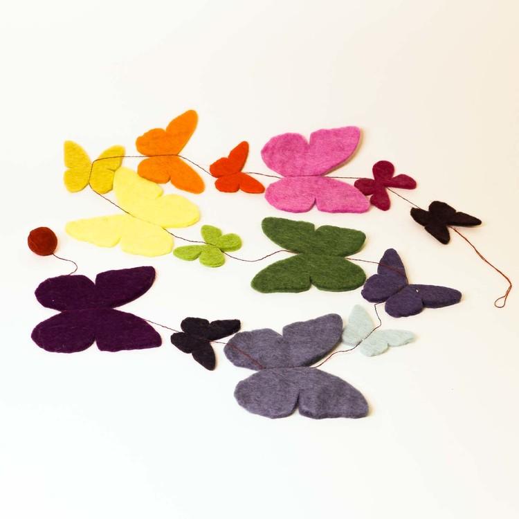Girlang, girland av tovad ull, fjärilar i olika storlekar och glada, kraftiga färger. Fönster eller bordsdekoration.