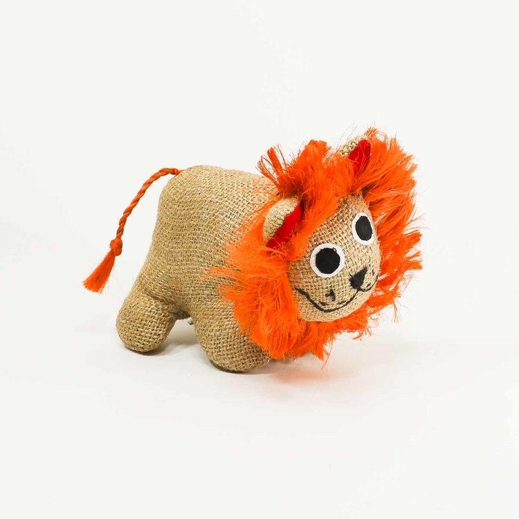 Lejon-unge i naturfärgad jute med härlig man i kraftfullt orange, även svansen är orange. Mycket trevlig uppsyn.