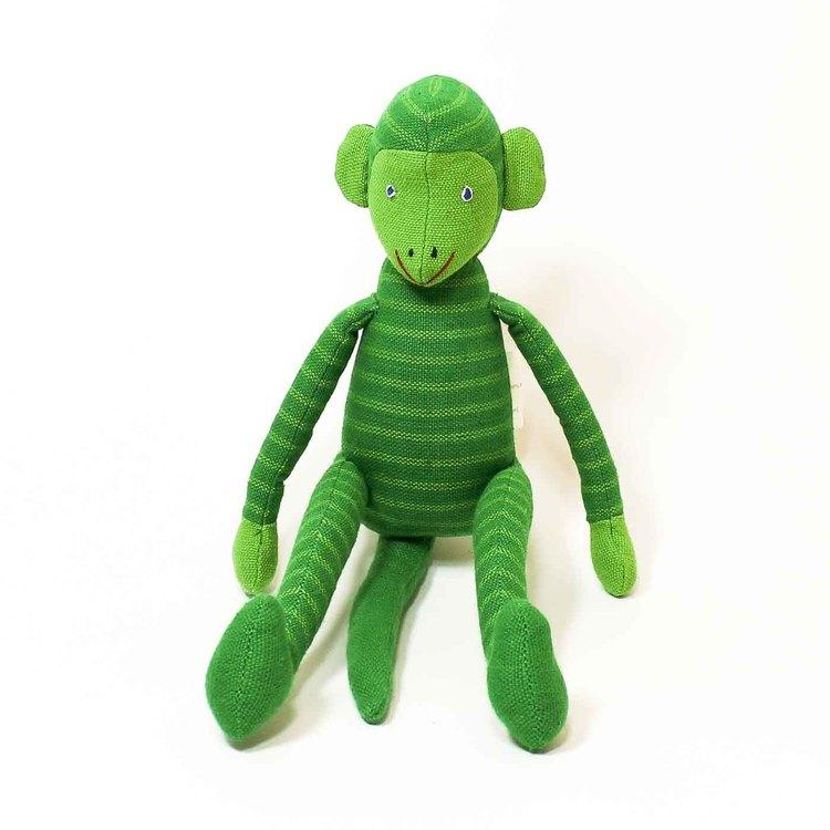 Sittande apa i tyg, klargrön. Kroppen, huvud, armar & ben med ljusgröna ränder, inte på svansen. Ljusgröna öron & händer, vänligt ansikte. Charmig som maskot!