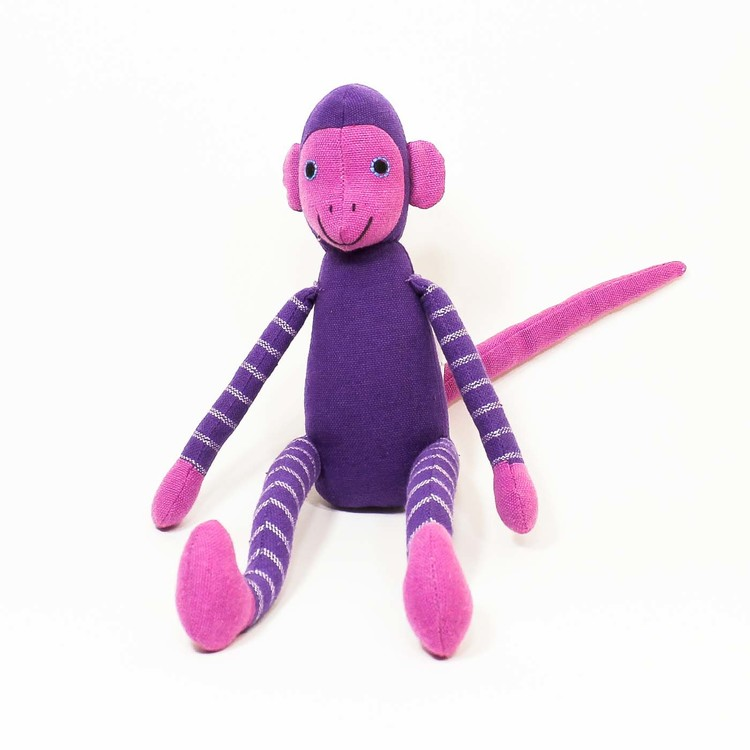 Sittande apa i tyg, klarlila. Armar och ben med ljusare ränder. Ljusare händer, fötter, öron, svans, ansikte. Pigg & charmig.