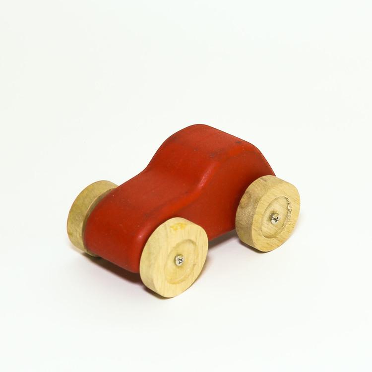 Leksaksbil i trä, röd. hjulen i natur. Formen: personbil.