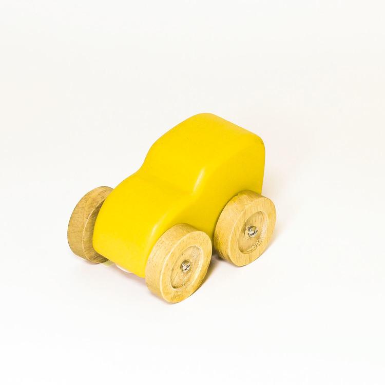 Leksaksbil i trä, gul. hjulen i natur. Formen: skåpbil.