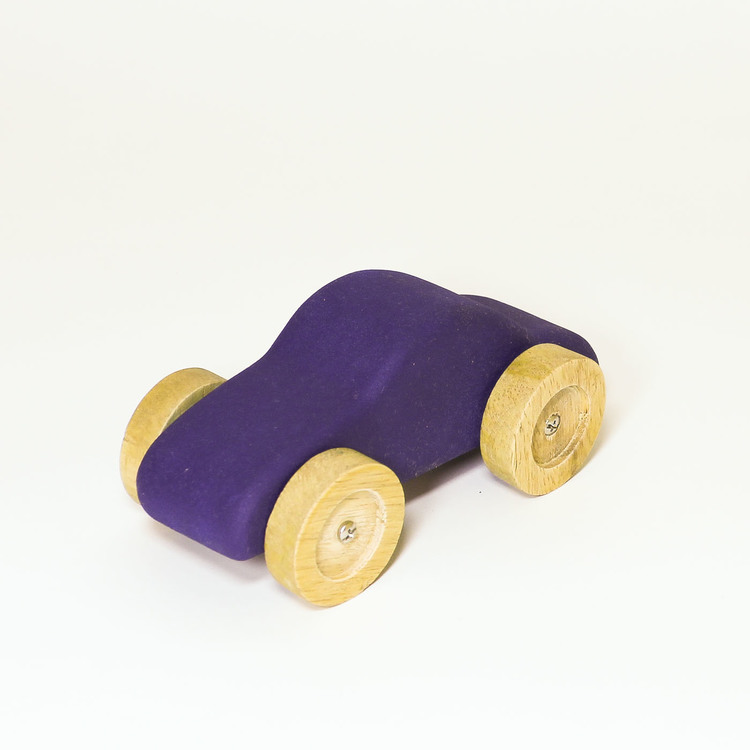 Leksaksbil i trä,blå. hjulen i natur. Formen: personbil.