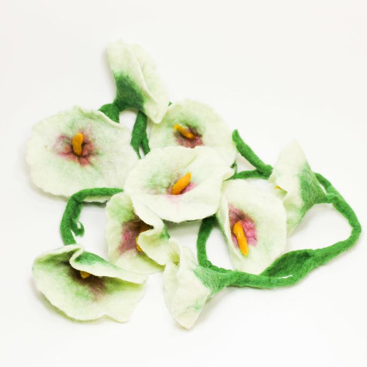 vita blommor på grön stjälk som girlang, tovad dekoration från Nepal