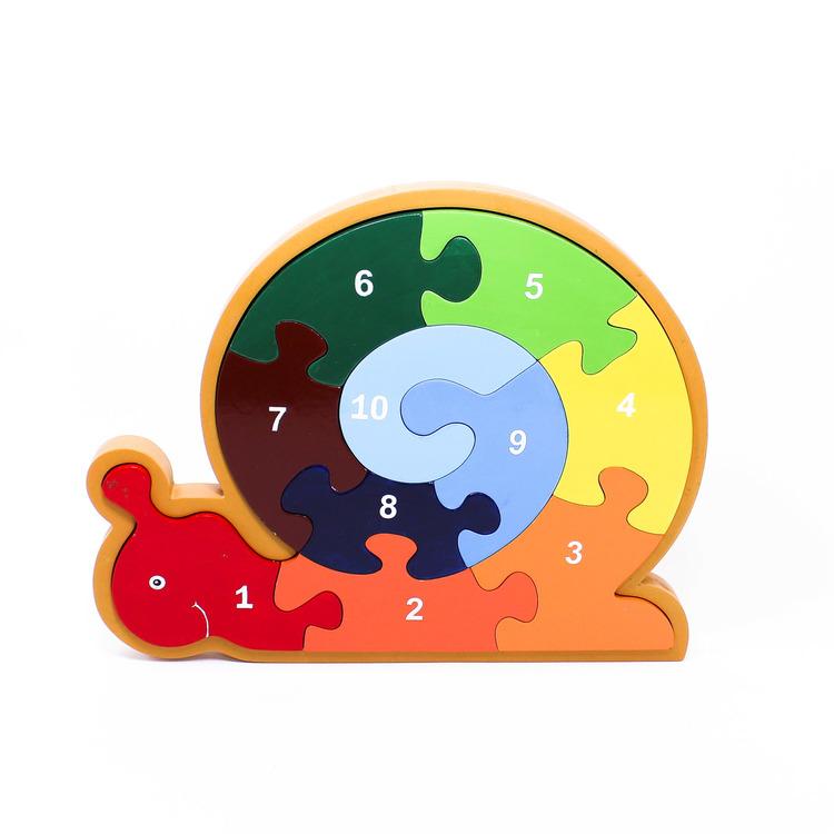 Pussel i ram, motiv snigel, med stora, rejäla och färgglada bitar som är numrerade från 1 - 10. Stående.
