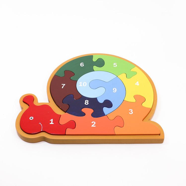 Pussel i ram, motiv snigel, med stora, rejäla och färgglada bitar som är numrerade från 1 - 10. Liggande.