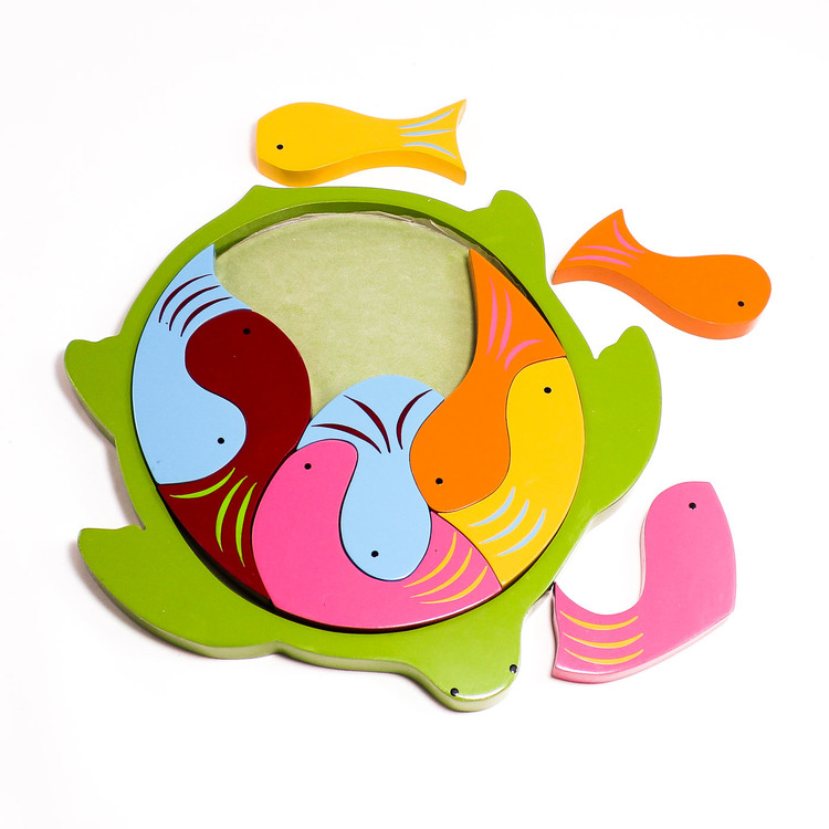 Pussel i ram, sköldpadda med kropp av 9 fiskar i olika färger, några utanför ram, Leksak i trä, för yngre barn, Fair Trade från Sri Lanka.