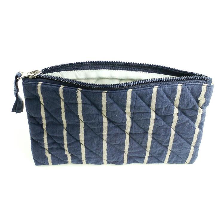 Quiltad sminkväska, i blått, beige ränder, dragkedja. Bomull, tillverkad i Indien för Fair Trade. Öppen.