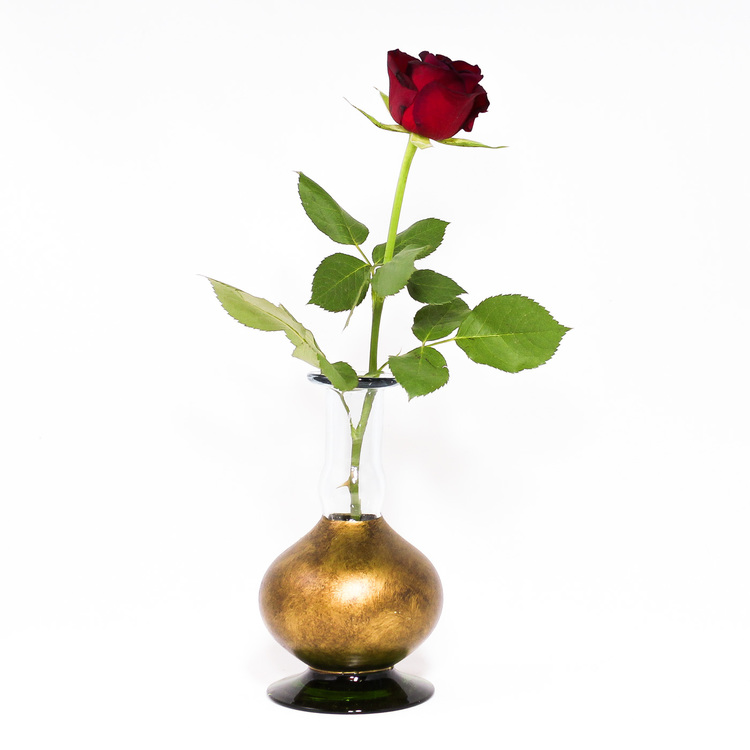 Ljusstake, vas tillverkad av munblåst, återvunnet glas. Mörkgrön fot, mörkt guldfärgad. Med ros. Mexico, Fair Trade.