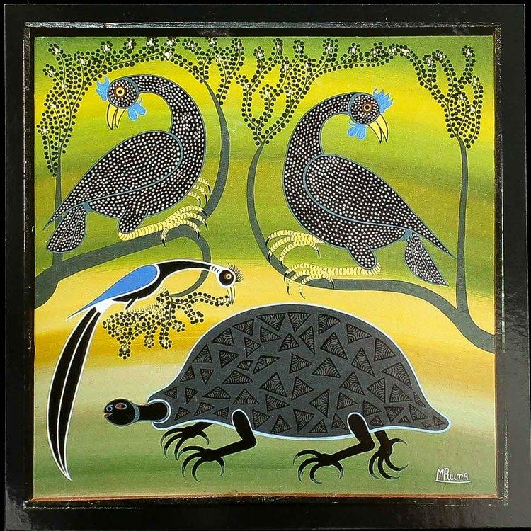 Tingatinga vykort från Tanzania. Motiv pärlhöns skyddar sitt bo, naivistiska målningar, Tinga Tinga Arts Cooperative Society, Dar es Salaam