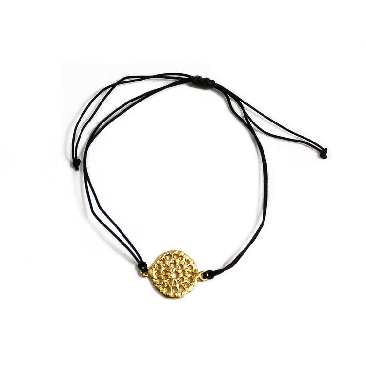 Armband med fint mandala-smycke, 24 karat gulddouble, guldpläterat. Guldet är certifierat Fairmined, Colombia. Armsmycket skapades av konstnärsverkstad i Bogota enligt Fair Trade.