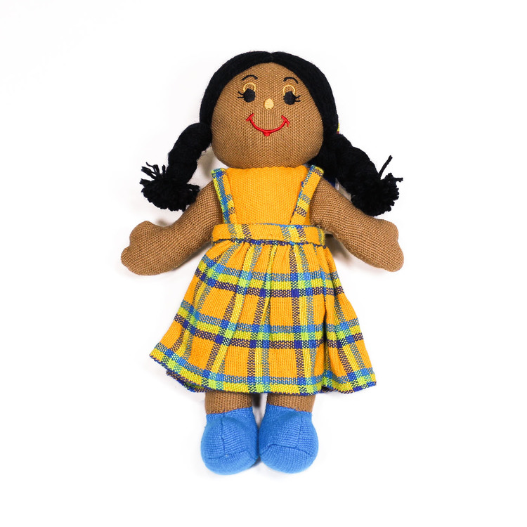 Glada tygdockor i bomull till yngre barn. Här en flickdocka, hendocka med mörk hud och mörkt långt hår.