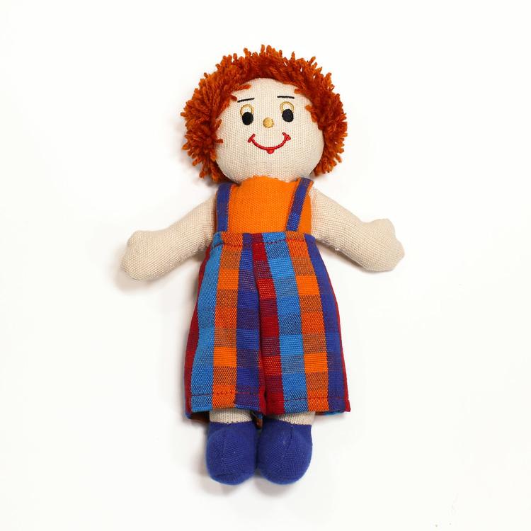 Glada tygdockor i bomull till yngre barn. Här en pojkdocka, hendocka med ljus hud och rött kort hår.