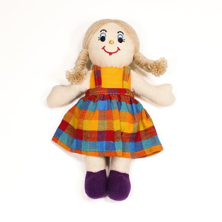Glada tygdockor i bomull till yngre barn. Här en flickdocka, hendocka med ljus hud och ljus långt hår.