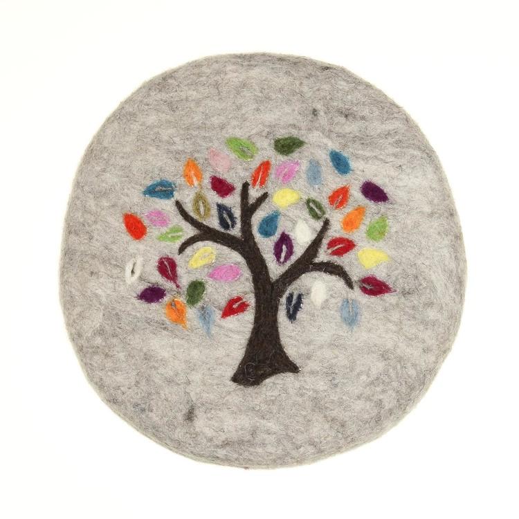 Praktiskt underlägg till gryta & kanna, handtovad ull, livets träd som vacker dekoration. Handtovat i Nepal, Fair Trade. Här gråmelerad färg.
