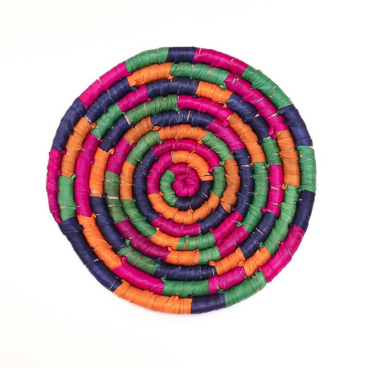 Flerfärgat underlägg, handflätat av palmblad från dadelpalmen, lila/orange/grön/blå färg. Bangladesh.