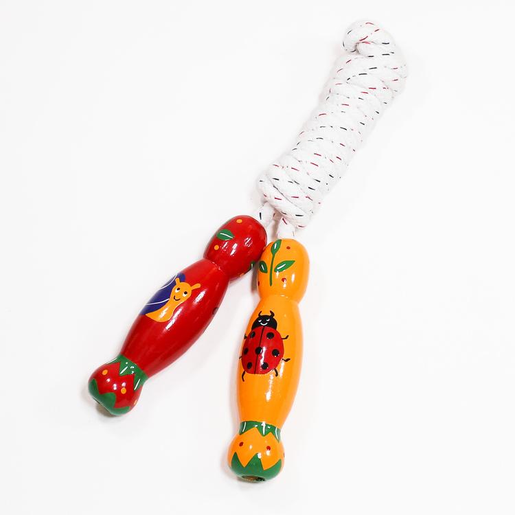 Rejält hopprep med handtag i trä, handmålat djurmotiv, småkryp. Kortrep 225 cm. Varumärket Lanka Kade.
