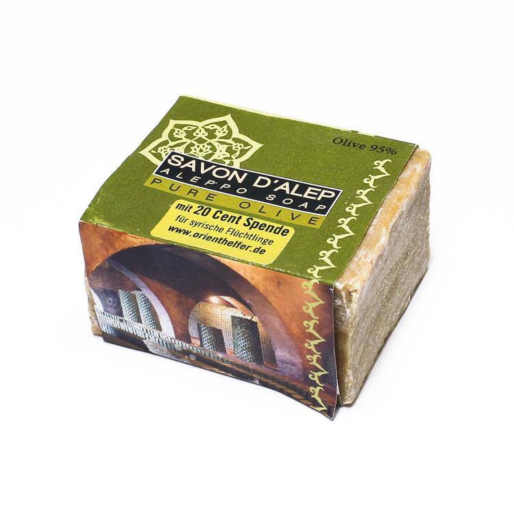 Fast olivtvål, traditionell Aleppo-tvål. En naturlig, mild tvål, återfettande tvål. Till dagligt bruk. Försäljningen stödjer flyktingar i Libanon & Syrien.