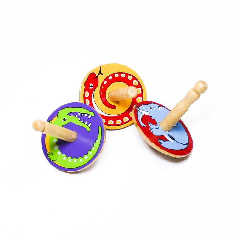 Klassiska, enkla snurror i trä med djurmotiv målade på ovansidan. Känd även som spinner eller spinning top. Leksak för barn.