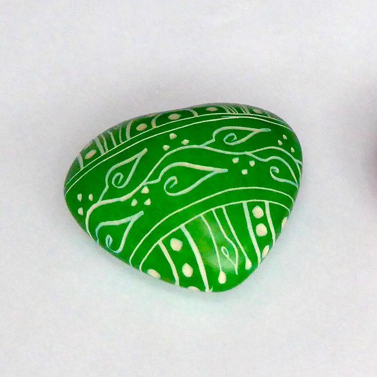 Dekorativt litet grönt hjärta med vackert mönster. Ett en hjärtevän. Handgjort av täljsten i Kenya för Fair Trade.