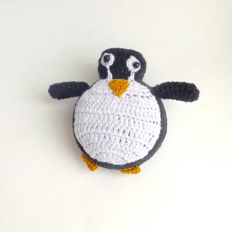 Roligt, virkat måttband i form av en liten pingvin. Med upprullningsverk. Måttlängd 150 cm. Handvirkat i Vietnam för Fair Trade.
