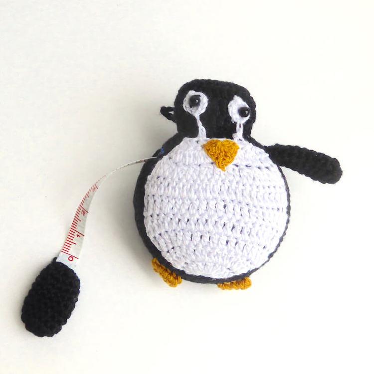 Roligt, virkat måttband i form av en liten pingvin. Med upprullningsverk. Med utdragen måttband. Måttlängd 150 cm. Handvirkat i Vietnam för Fair Trade.
