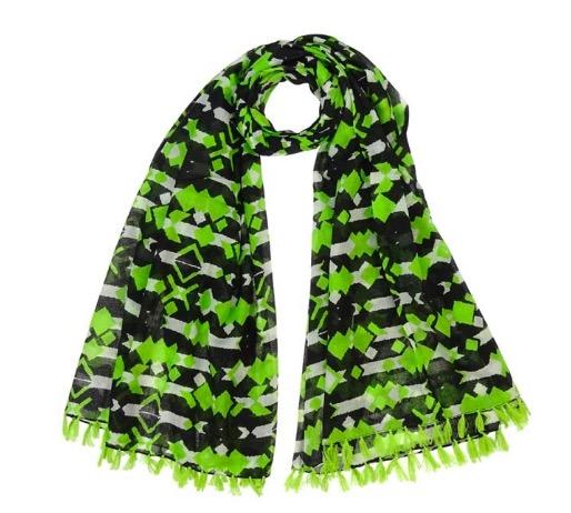 Stor sjal, scarf sarong, pareo eller strandplagg av ekologisk bomull. Färgmix i grönt, vitt och svart. 180 x110 cm. Vävd i Indien för Fair Trade.