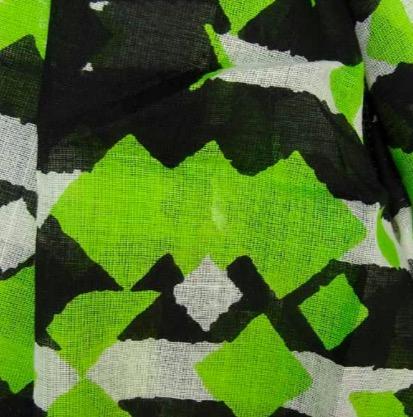 Stor sjal, scarf sarong, pareo eller strandplagg av ekologisk bomull. Färgmix i grönt, vitt och svart. Närbild på mönstret. Vävd i Indien för Fair Trade.