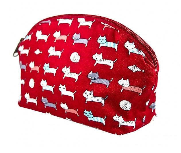 Enkel röd necessär med små roliga katter. Bomull. Insidan impregnerad. Fair Trade från Thailand.