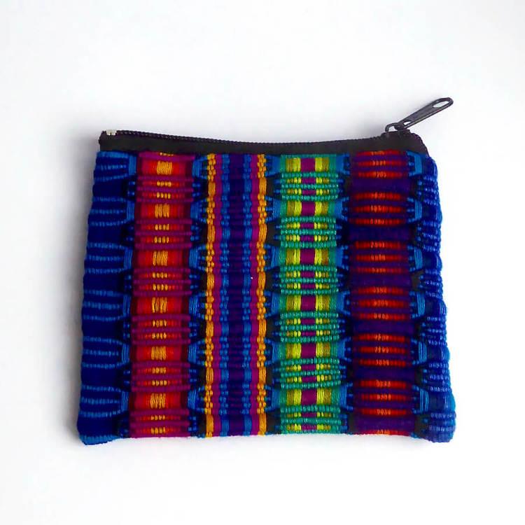 Etui eller fodral, börs i klara, mörka färger, till förvaring av småsaker. Handvävd, bomull. Med dragkedja. Insidan fodrad. Guatemala.