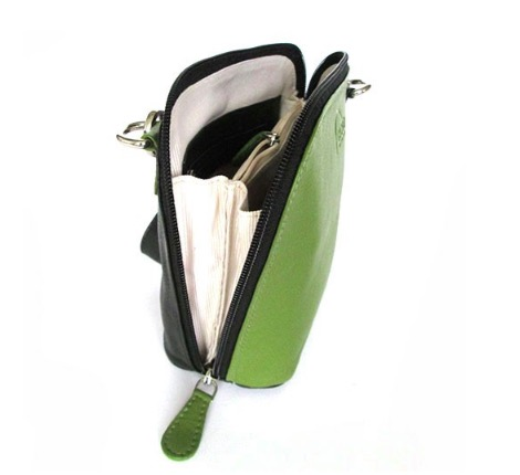 Liten axelremsväska, milt grön & svart, i fint nappaläder. Här från sidan, dragkedjan går ända ner. Skinnväska från Fair Trade, Artisan Well , Indien