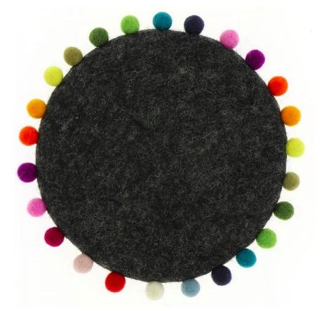 Runt mörkt tovat underlägg till gryta. Med bollfrans, där bollarna har många olika färger. Handtovat i Nepal för Fair Trade.