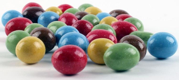 Krispiga chokladdoppade jordnötter i kulörta färger. Ekologiskt och Fairtrade.