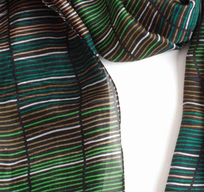 Sidensjal med tryckt mönster i gröna, svarta, vita och ljusbruna färger. Detaljbild. Fair Trade från Indien.