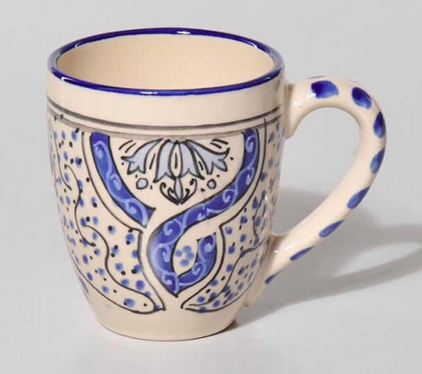 Gräddfärgad mugg i stengods/keramik med traditionellt blå mönster. Handmålat. Tillverkad i Nabeul, Tunisien för Fair Ttade.
