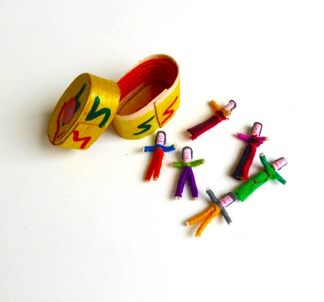 Bekymmersdockor eller worry dolls löser problem och ger lugn nattsömn. Handgjorda i Guatemala för Fair Trade.